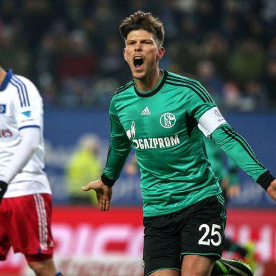 Schalken Klaas-Jan Huntelaar tuulettaa maaliaan.