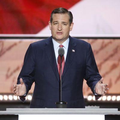 Ted Cruz kädet levällään puhujapöntössä