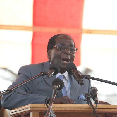 Robert Mugabe puhumassa puoluensa tilaisuudessa 27.7.2016.