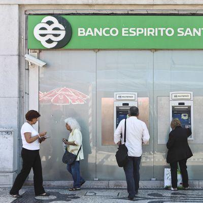 Ihmiset nostivat käteistä Banco Espirito Santon automaateilta Lissabonissa Portugalissa 10. heinäkuuta 2014.