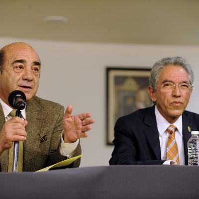 Meksikon valtakunnansyyttäjä Jesus Murillo (vas.) ja Michoacan osavaltion kuvernööri Salvador Jara tiedotustilaisuudessa tiistaina.