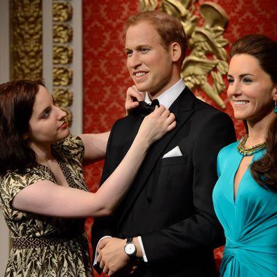 Stylisti siistii Madame -Tussaud vahakabinetin uusia tulokkaita, Prinssi Williamia ja Cambridgen herttuatar Katea.