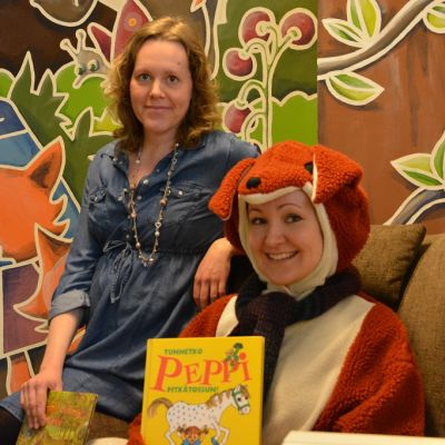 Kaarinan kirjaston kettu Heidi Heiniö esittelee satukirjaa Kirsi Kallioniemen kanssa.