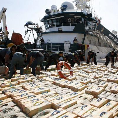 Espanjan poliisi esitteli vuonna 2013 Välimerellä takavarikoimaansa 13 tuhannen kilon hasislastia.