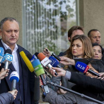 Moldovan sosiaalidemokraattisen puolueen johtaja Igor Dodon puhuu medialle äänestyksen jälkeen presidentinvaaleissa Chisinaussa, Moldovassa, 30. lokakuuta 2016.