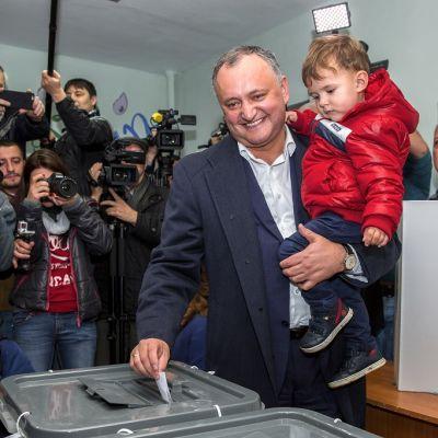 Moldovan sosiaalidemokraattisen puolueen johtaja Igor Dodon äänestää presidentinvaalien toisella kierroksella Chisinaussa, Moldovassa 13. marraskuuta 2016.