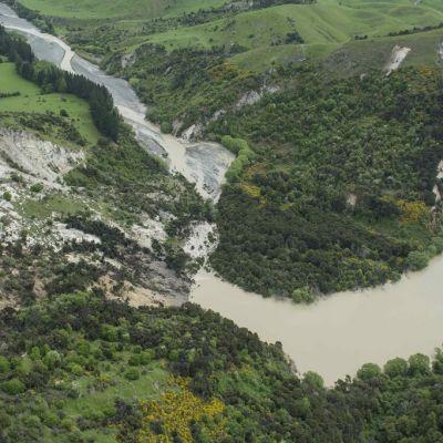 Maanjäristys ja jälkijäristykset 14. marraskuuta aiheuttivat maanvyörymiä Uudessa-Seelannissa. Conway-joki lähellä Kaikouran rannikkokaupunkia.