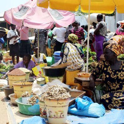 Naisia myymässä ruokatarvikkeita torilla Etelä-Sudanissa