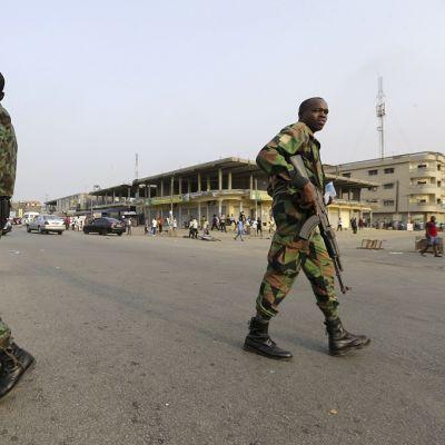 Kaksi asiestautunutta sotilasta Abidjanin kaupungissqa Norsunluurannikolla.