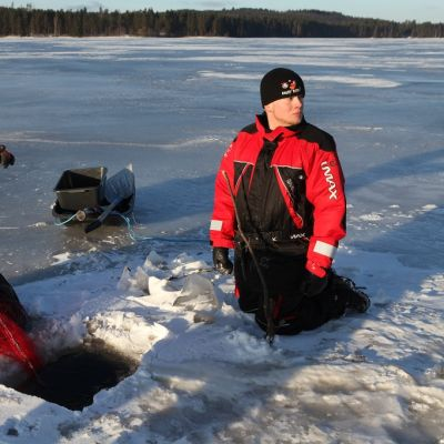 Aku Nyyssönen  ja Ville-Matti Sahanen kalastamassa Karankajärvellä.