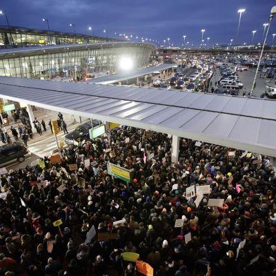 väkijoukkoa lentoaseman ulkopuolella