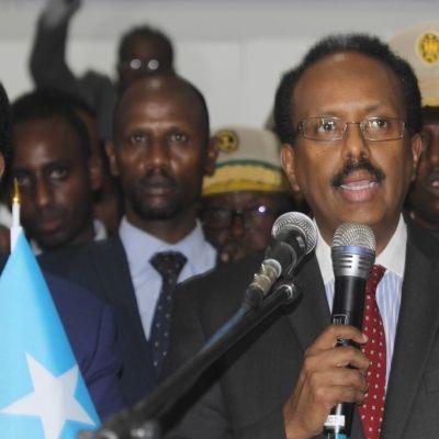 """Somalian uusi presidentti Abdullahi Mohamed """"Farmajo"""" Mohamed puhuu äänestysten jälkeenkansainvälisellä lentokentällä Mogadishussa, Somaliassa 8. helmikuu 2017."""