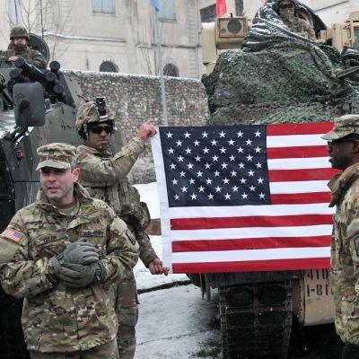 sotilaita ja tähtilippu