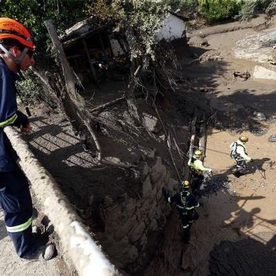 Pelastusmiehet etsivät ihmisiä maanvyöryn jäljiltä