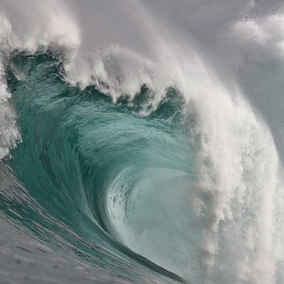 Suuri turkoosi, vaahtopäinen aalto.