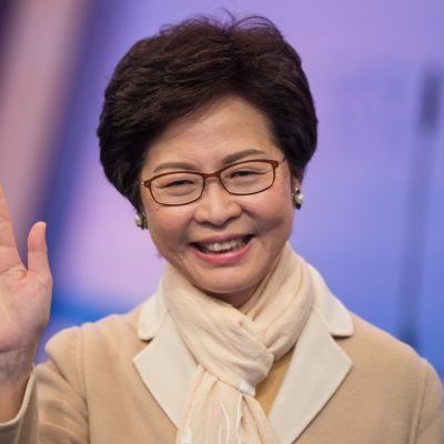 Hymyilevä Lam vilkuttaa.
