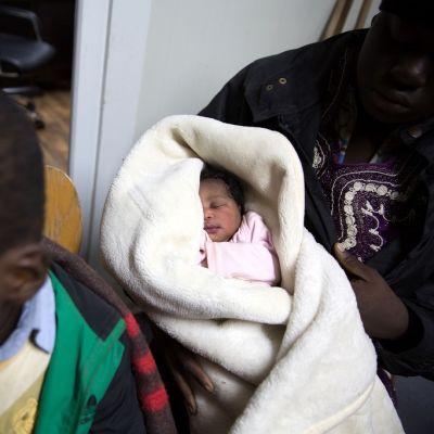 Muutaman viikon ikäinen vauva pelastettiin Italian rannikkovesiltä helmikuussa 2017.