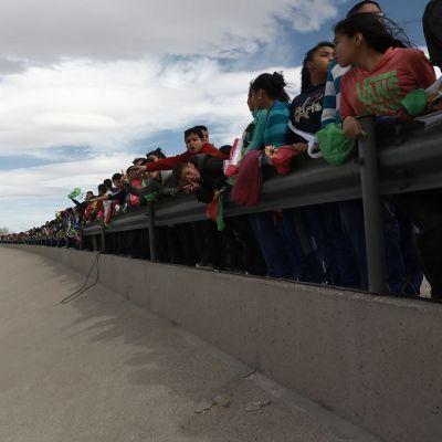 Ihmiset osoittavat mieltään Meksikon muuria vastaan.