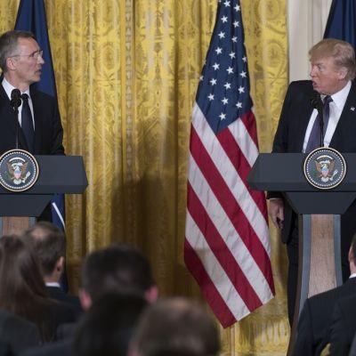 Naton pääsihteeri Jens Stoltenberg ja Yhdysvaltain presidentti Donald Trump lehdistötilaisuudessa Valkoisessa talossa Washingtonissa 12. huhtikuuta 2017.