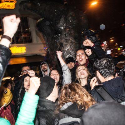 Istanbulissa sadat protestoijat osoittivat mieltään