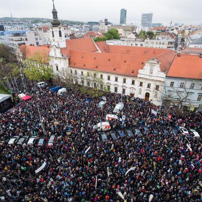 Mielenosoittajat kokoontuvat vastustamaan korruptiota Bratislavassa Slovakiassa 18. huhtikuuta 2017.