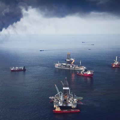 öljypalon savua nousee merestä-