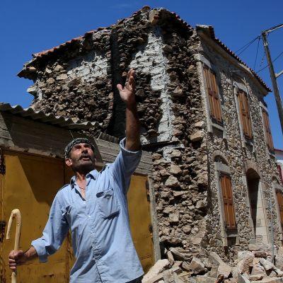 Mies esitteli maanjäristyksen tuhoja Kreaikan Lesboksen saarella kesäkuussa 2017.
