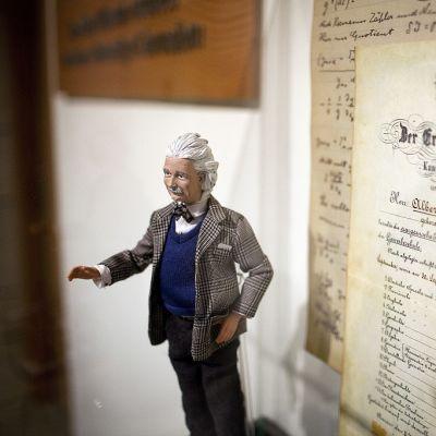 Fyysikko Albeet Einsteinia esittävä vahanukke