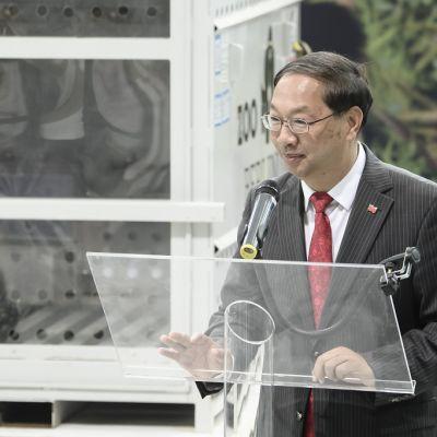 Kiinan suurlähettiläs Shi Mingde puhuu Jiao Qing pandan vieressä lehdistötilaisuudessa lentokentällä sen jälkeen, kun kaksi kiinalaispandaa oli tuotu lentokoneella Berliiniin.