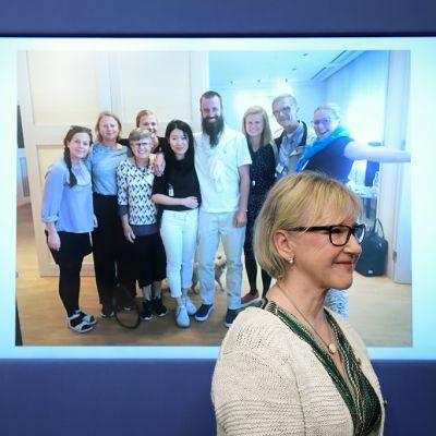 Ruotsin ulkoministeri Margot Wallström puhui tiedotustilaisuudessa, jonka seinälle oli heijastettu kuva Gustafssonin perheestä.