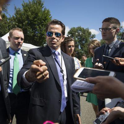 Tummahiuksinen Anthony Scaramucci osoittaa sormellaan kohti kameraa, silmillä peilipintaiset aurinkolasit.