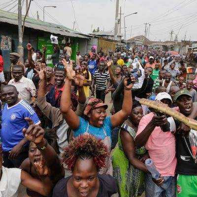 Kuvassa kymmeniä Raila Odingan kannattajia juhlimassa korkeimman oikeuden päätöstä.