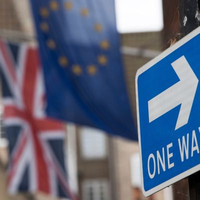Britannian lippu, EU:n lippu ja liikennemerkki One way