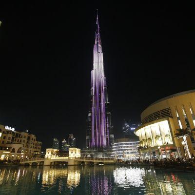 Öinen kuva Dubaista. Burj Khalifa on valaistu.
