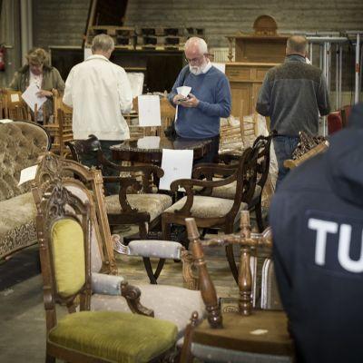 Kuvassa Tullin huutokaupassa katsellaan huonekaluja.