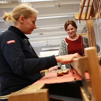 Liisa Kivelä ja professori Pirita Seitamaa-Hakkarainen, käsityötiede