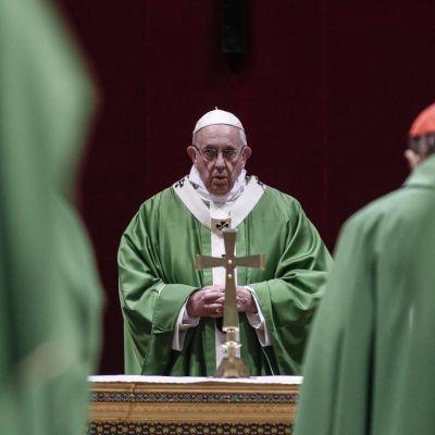 Paavi Franciscus puhumassa lapsien hyväksikäyttöä koskeneen kokouksen päätöstilaisuudessa.