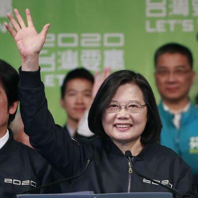 Kuvassa Taiwanin presidentti  Tsai Ing-wen - hän tervehtii kannattajiaan oikea käsi pystyssä.