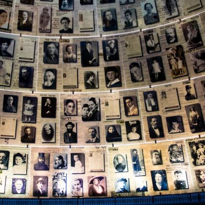 Holokaustin uhrien kuvia Yad Vashemin muistokeskuksessa Jerusalemissa.