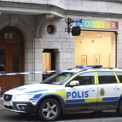 Kuvassa poliisiauto tukholmalaisen Couleur-taidegallerian edessä.