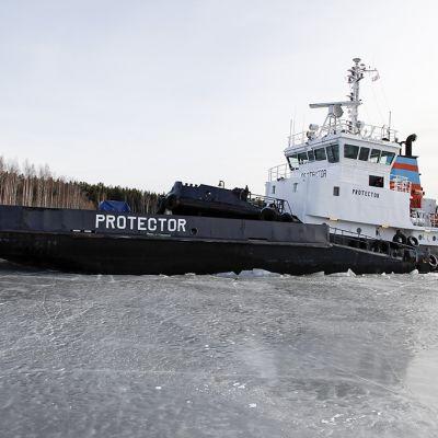 Jäänmurtaja Protector avaamassa Saimaan kanavaa lauantaina 5. huhtikuuta 2014.