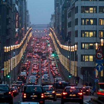 Liikenneruuhka kaupungin kadulla.