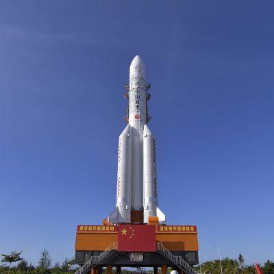 Suuri raketti alustalla, jota koristaa Kiinn lippu.