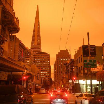 Kuvassa rakennuksia ja autoja San Franciscossa. Ilma on oranssisen hämärä, vaikka kuva on otettu keskipäivällä.