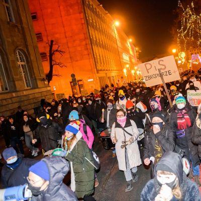 Kuvassa on aborttikieltoa vastustavia mielenosoittajia Poznańin kaupungissa.