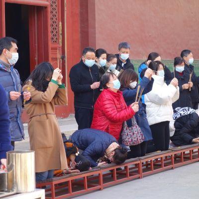 Kuvassa suuri ryhmä kiinalaisia Pekingin Yonghen lama-temppelissä, joka on avattu kahden kuukauden koronasulun jälkeen.