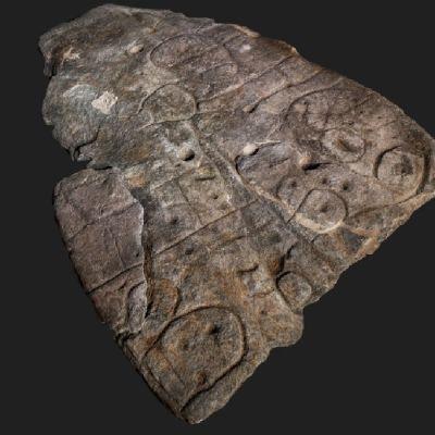 Kivenmurikka, johon on tehty uurteita ja kuoppia.