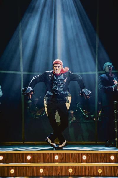Kevin Holmström dansar och flaxar som en orrtupp.
