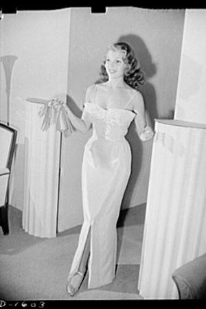 Rita Hayworth hollywoodilaisen Howard Greerin suunnittelemassa iltapuvussa 1941