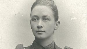 Fotoporträtt av konstnären Hilma af Klint. Från 1901.